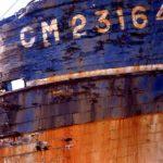 Photo, photographie de détail de coque de bateau du Finistère, quartier maritime de Camaret, bleu, blanc, orange, rouille @ Christophe Pluchon