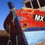 Photo, photographie de détail de coque de bateau du Finistère, quartier maritime de Morlaix, bleu, blanc, rouge, noir, orange, gris, rouille, corde, cordage @ Christophe Pluchon