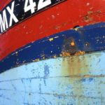 Photo, photographie de détail de coque de bateau du Finistère, quartier maritime de Morlaix, bleu, blanc, rouge, noir, orange, rouille @ Christophe Pluchon