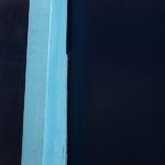 Photo, photographie de détail de coque de bateau du Finistère, bleu, jaune, noir, avec une béquille @ Christophe Pluchon