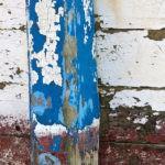 Photo, photographie de détail de coque de bateau du Finistère, bleu, marron, blanc, orange, avec une béquille @ Christophe Pluchon