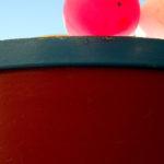 Photo, photographie de détail de coque de bateau du Finistère, bleu, rouge, jaune, blanc, avec une bouée @ Christophe Pluchon