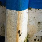 Photo, photographie de détail de coque de bateau du Finistère, bleu, blanc, noir, vert, orange et noir, avec une béquille @ Christophe Pluchon