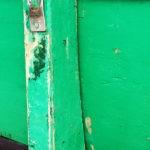 Photo, photographie de détail de coque de bateau du Finistère, blanc, vert, noir, gris, blanc, avec une béquille @ Christophe Pluchon