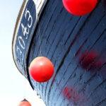 Photo, photographie de détail de coque de bateau du Finistère, bleu, blanc, avec bouée rouge @ Christophe Pluchon