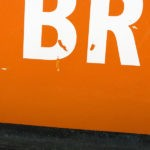 Photo, photographie de détail de coque de bateau du Finistère, quartier maritime de Brest, orange, blanc, noir @ Christophe Pluchon
