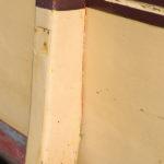 Photo, photographie de détail de coque de bateau du Finistère, jaune, beige, rouge, bordeaux, bleu, vert, avec une béquille @ Christophe Pluchon