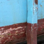 Photo, photographie de détail de coque de bateau du Finistère, marron ou rouge bordeaux, bleu, avec une béquille @ Christophe Pluchon