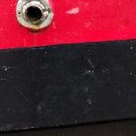 Photo, photographie de détail de coque de bateau du Finistère, rouge, noir, avec une évacuation couleur blanc @ Christophe Pluchon