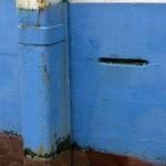 Photo, photographie de détail de coque de bateau du Finistère, bleu, blanc et marron avec une béquille @ Christophe Pluchon