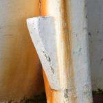 Photo, photographie de détail de coque de bateau du Finistère, blanc, rouge, bordeaux, rouille, orange, avec une béquille @ Christophe Pluchon