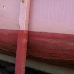 Photo, photographie de détail de coque de bateau du Finistère, vert, rouge, rose, noir et marron avec une béquille @ Christophe Pluchon