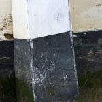 Photo, photographie de détail de coque de bateau du Finistère, noir, marron, beige et blanc, avec une béquille @ Christophe Pluchon