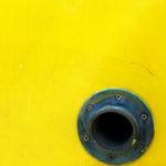 Photo, photographie de détail de coque de bateau du Finistère, jaune avec une évacuation de couleur gris bleu @ Christophe Pluchon