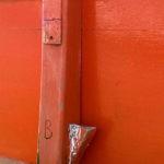 Photo, photographie de détail de coque de bateau du Finistère, gris, orange, avec une béquille orange et rouge @ Christophe Pluchon