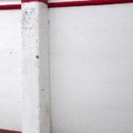 Photo, photographie de détail de coque de bateau du Finistère, blanc, rouge, bordeaux, avec une béquille @ Christophe Pluchon