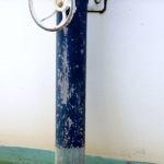 Photo, photographie de détail de coque de bateau du Finistère, vert, blanc, marron, bleu, avec une béquille de couleur bleu et blanc @ Christophe Pluchon