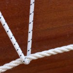 Photo, photographie de détail de coque de bateau du Finistère, marron et blanc, avec un cordage ou une corde @ Christophe Pluchon