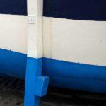 Photo, photographie de détail de coque de bateau du Finistère, bleu, blanc, marron, avec une béquille @ Christophe Pluchon