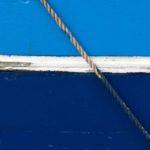 Photo, photographie de détail de coque de bateau du Finistère, bleu, blanc, rouge, gris, avec une corde ou un cordage @ Christophe Pluchon