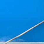 Photo, photographie de détail de coque de bateau du Finistère, bleu, blanc, vert, avec une corde ou un cordage @ Christophe Pluchon