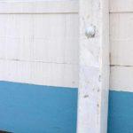 Photo, photographie de détail de coque de bateau du Finistère, bleu, blanc, marron, noir, avec une béquille @ Christophe Pluchon