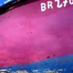 Photo, photographie de détail de coque de bateau du Finistère, bleu, blanc, rose, fuschia, noir, quartier maritime de Brest @ Christophe Pluchon