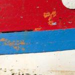 Photo, photographie de détail de coque de bateau du Finistère, bleu, rouge, blanc, marron, vert, orange @ Christophe Pluchon