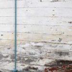 Photo, photographie de détail de coque de bateau du Finistère, bleu, vert, blanc, marron, bordeaux, rouge, avec une corde ou un cordage @ Christophe Pluchon