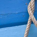 Photo, photographie de détail de coque de bateau du Finistère, bleu, gris, avec une corde ou un cordage @ Christophe Pluchon