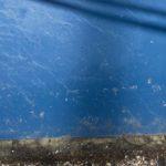 Photo, photographie de détail de coque de bateau du Finistère, marron, bleu, blanc, avec une ombre de corde ou de cordage @ Christophe Pluchon
