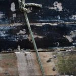 Photo, photographie de détail de coque de bateau du Finistère, noir, gris, marron, avec une corde ou un cordage @ Christophe Pluchon