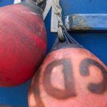 Photo, photographie de détail de coque de bateau du Finistère, bleu, rouge, orange, marron, avec une bouée et une corde ou un cordage @ Christophe Pluchon