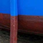 Photo, photographie de détail de coque de bateau du Finistère, bleu, rouge, marron, vert, avec une béquille @ Christophe Pluchon