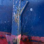 Photo, photographie de détail de coque de bateau du Finistère, bleu, rouge, marron, blanc, vert, avec une béquille @ Christophe Pluchon