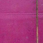 Photo, photographie de détail de coque de bateau du Finistère, fuschia, bordeaux, rose, rouge, marron, blanc, avec une corde ou un cordage @ Christophe Pluchon