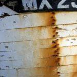 Photo, photographie de détail de coque de bateau du Finistère, blanc, noir, orange, rouille, rouge, bordeaux, quartier maritime de Morlaix @ Christophe Pluchon