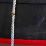 Photo, photographie de détail de coque de bateau du Finistère, rouge, noir, marron, bordeaux, avec une corde ou un cordage @ Christophe Pluchon
