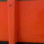 Photo, photographie de détail de coque de bateau du Finistère, orange, blanc, vert, noir, avec une béquille @ Christophe Pluchon
