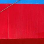 Photo, photographie de détail de coque de bateau du Finistère, bleu, rouge, gris, avec une corde ou un cordage @ Christophe Pluchon