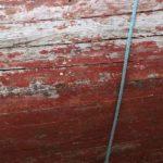 Photo, photographie de détail de coque de bateau du Finistère, marron, bordeaux, bleu, gris, avec une corde ou un cordage @ Christophe Pluchon