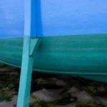 Photo, photographie de détail de coque de bateau du Finistère, vert, noir, bleu, marron, avec béquille @ Christophe Pluchon