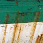 Photo, photographie de détail de coque de bateau du Finistère, vert, noir, blanc, rouge, orange, rouille, gris, quartier maritime de Morlaix @ Christophe Pluchon