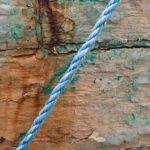 Photo, photographie de détail de coque de bateau du Finistère, vert, bleu, rouge, marron, orange, rouille, avec une corde ou un cordage @ Christophe Pluchon