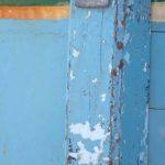 Photo, photographie de détail de coque de bateau du Finistère, vert, jaune, bleu, blanc, gris, avec une béquille @ Christophe Pluchon
