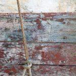 Photo, photographie de détail de coque de bateau du Finistère, gris, marron, rouge, vert, blanc, bleu, avec une corde ou un cordage @ Christophe Pluchon