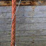 Photo, photographie de détail de coque de bateau du Finistère, gris, marron, orange, rouge, bleu, avec une corde ou un cordage @ Christophe Pluchon
