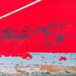 Photo, photographie de détail de coque de bateau du Finistère, bleu, blanc, rouge, marron, gris, noir, avec une corde ou un cordage @ Christophe Pluchon
