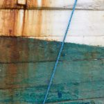 Photo, photographie de détail de coque de bateau du Finistère, bleu, blanc, orange, vert, rouille, avec une corde ou un cordage @ Christophe Pluchon