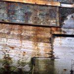 Photo, photographie de détail de coque de bateau du Finistère, marron, blanc, orange, vert, rouille @ Christophe Pluchon